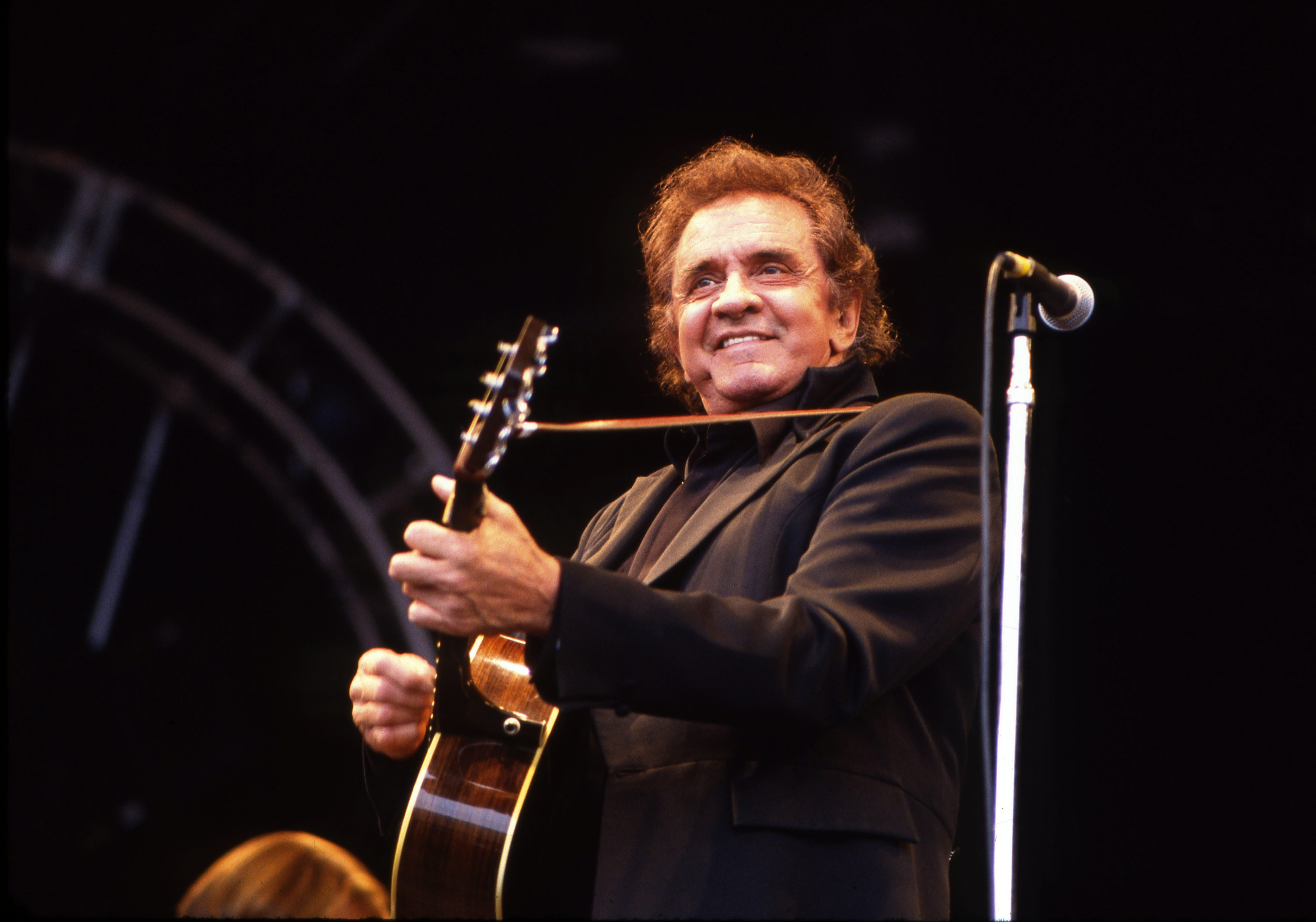 Johnny Cash performs at the Glastonbury Festival in 1994 | Photo: Getty Images