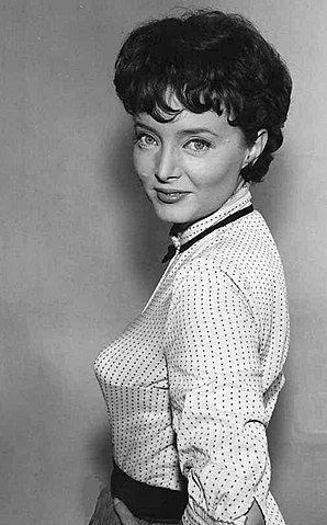 Carolyn Jones in 1961. | Source: Wikimedia Commons.
