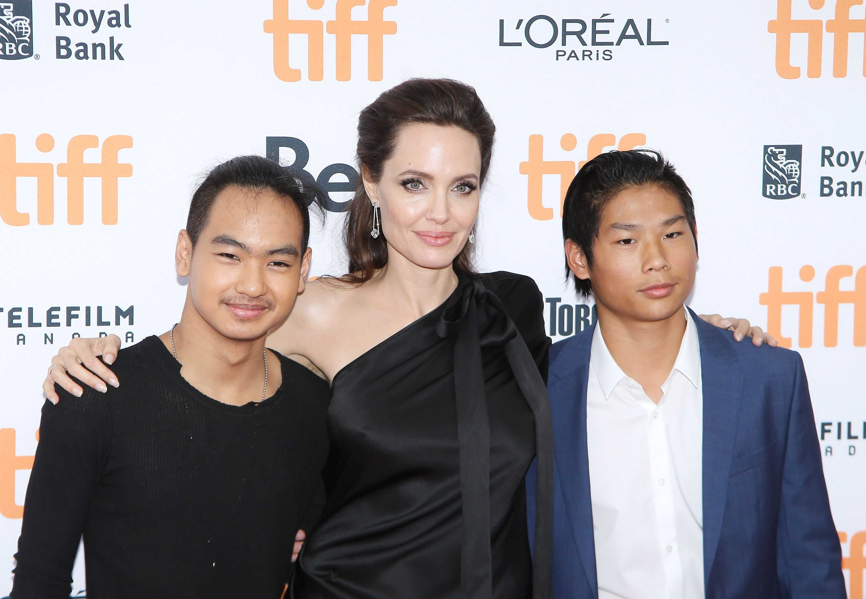 "Angelina Jolie und ihre Söhne Maddox Chivan Jolie-Pitt (Links) und Pax Thien Jolie-Pitt bei der ""First They Killed My Father: A Daughter of Cambodia Remembers""-Premiere am 11. September 2017 in Toronto, Kanada. 