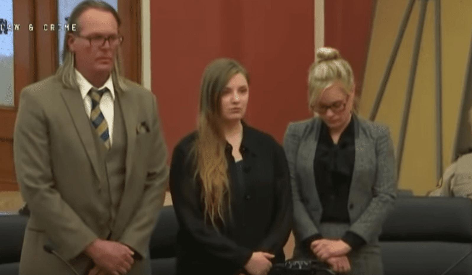 Cheyanne Harris et ses avocats écoutent le verdict du jury | Photo : Réseau YouTube/Law & Crime