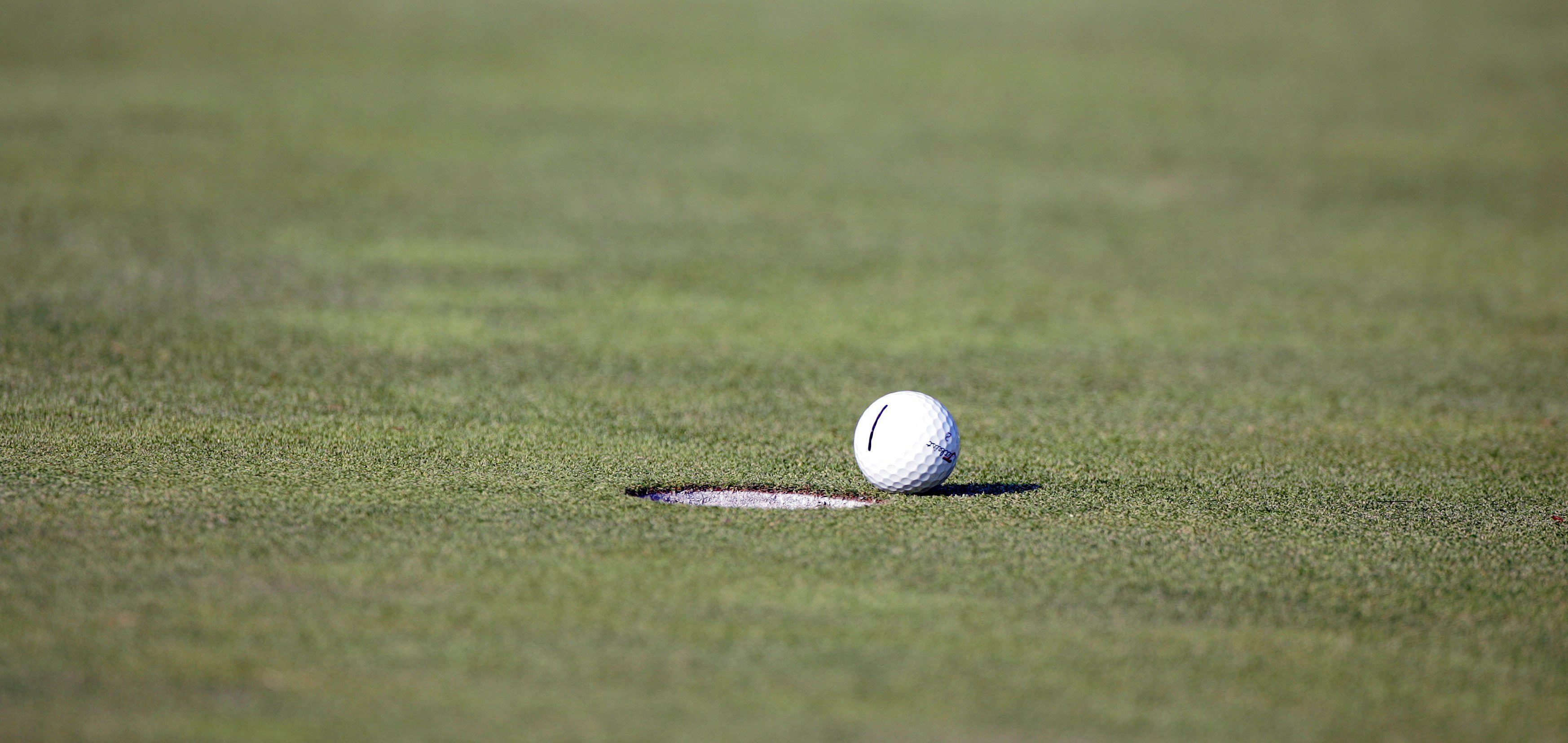 A golf ball falls short of it's target during final round of the 2005 Bell Canadian Open, September 11,2005  Photo: Getty Images