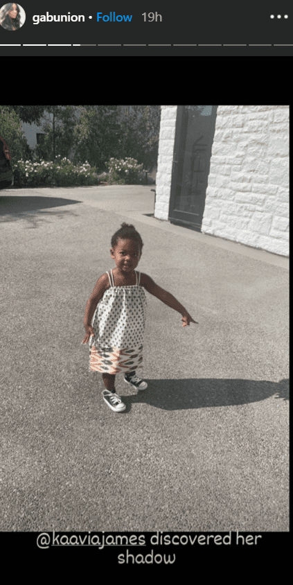 A picture of Kaavia James pointing to her shadow. | Photo: Instagram/Gabunion
