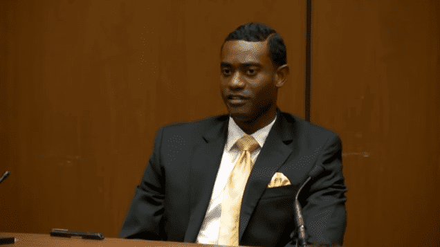 Michael Williams, Michael Jackson's assistant, during Dr. Conrad Murray's trial | Photo: YouTube/CNN