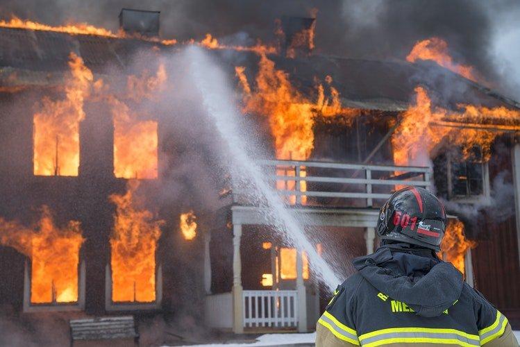 Un pompier entrain d'éteindre le feu   Photo : Unsplash