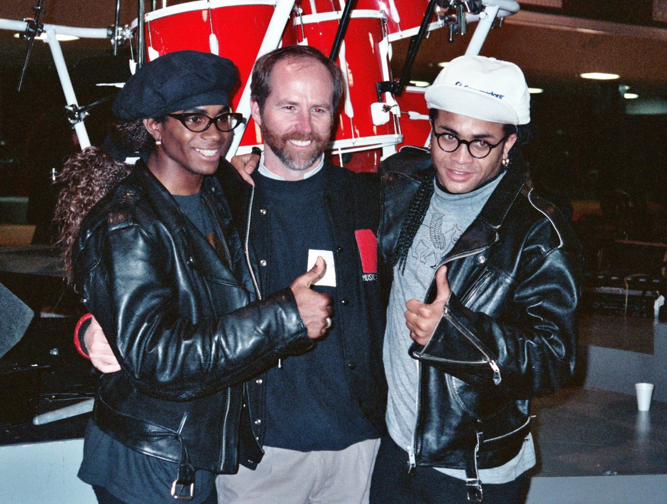 Fab Morvan (left) and Rob Pilatus (right) pose with National Academy of Recording Arts and Sciences (Grammy) president Mike Greene at the 1990 Grammy Awards - rehearsal - February, 1990 | Photo: Wikimedia Commons Images by Alan Light