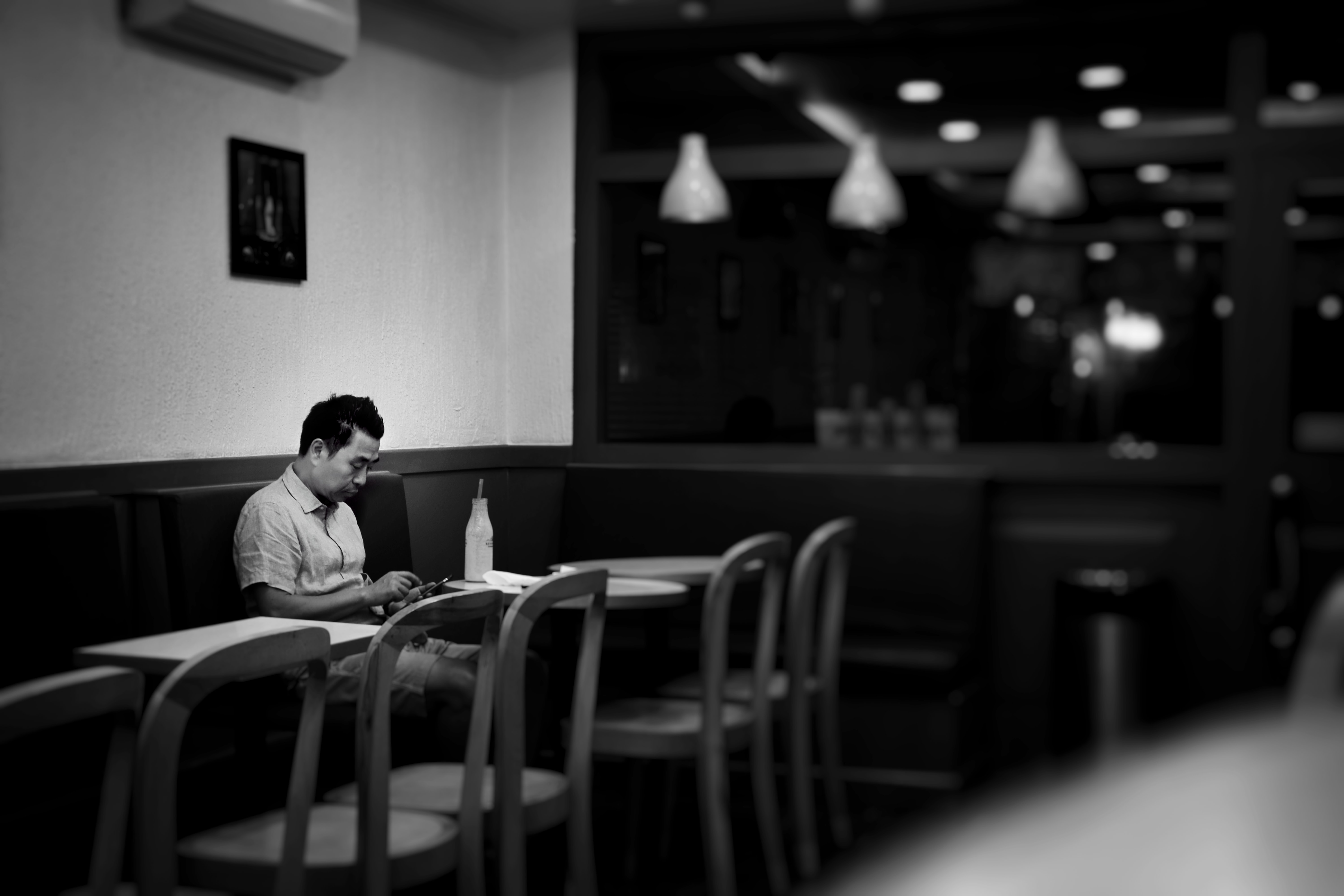 Man waits for his takeaway in a restaurant | Photo: Unsplash