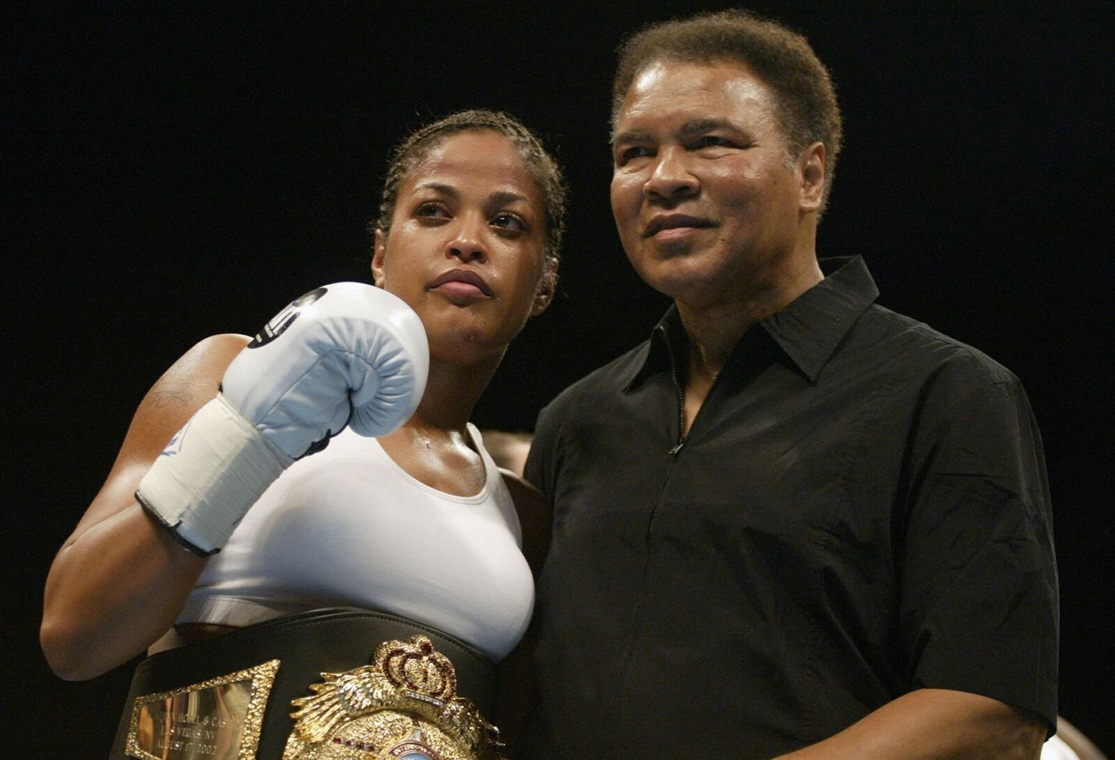 Laila Ali poses with her father, Muhammad Ali, after defeating Suzy Taylor after two rounds at the Aladdin Casino on August 17, 2002. | Photo: Getty Images