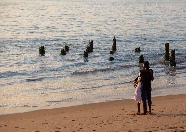 Foto de una pareja en la playa. | Imagen: Getty Images