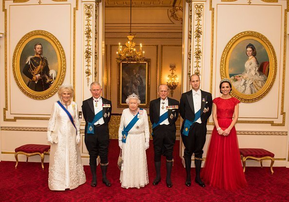 Camilla, Duchesse de Cornouailles, Prince Charles, Prince de Galles, Reine Elizabeth II, Prince Philip, Prince William et Catherine au Palais de Buckingham le 8 décembre 2016 | Photo : Getty Images