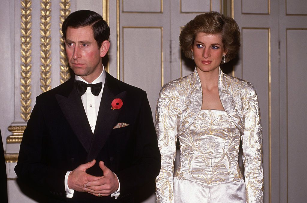 Prince Charles and Diana Princess of Wales meet guests arriving at a dinner in the Elysee Palace on November 01, 1988 | Photo: Getty Images