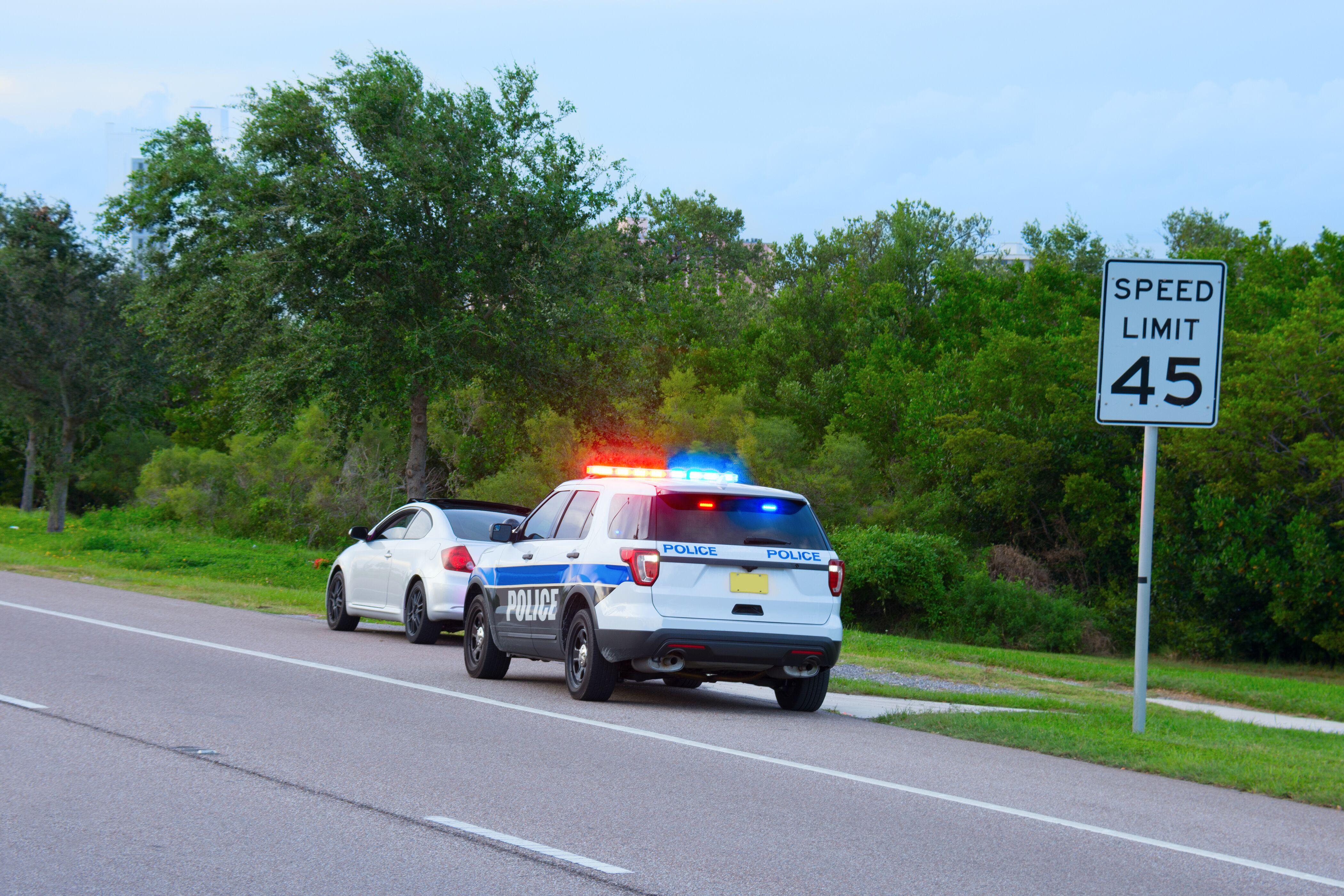 Voitures de police roulant sur la route | Photo : Getty Images