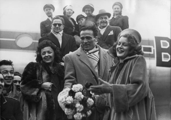 Le boxeur franco-algérien Marcel Cerdan, la chanteuse Edith Piaf et Mathilda Nail descendent d'un avion à Orly. | Photo : GettyImage
