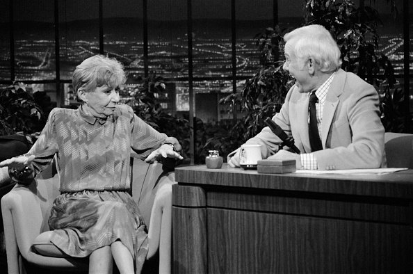 Selma Diamond during an interview with host Johnny Carson on November 20, 1984. | Photo: Getty Images