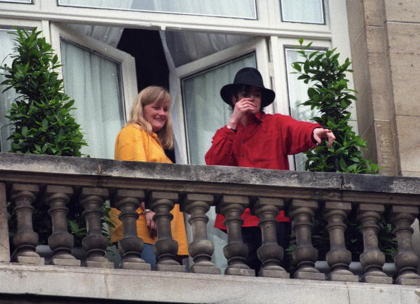 Michael Jackson with Debbie Rowe in 1997 in Paris, France. | Photo: Getty Images