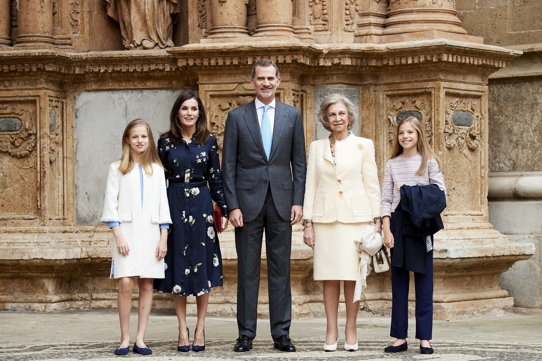 Princesa Sofía de España, Reina Letizia de España, Rey Felipe VI de España, Reina Sofía y Princesa Leonor de España en la Catedral de Palma de Mallorca || Fuente: Getty Images