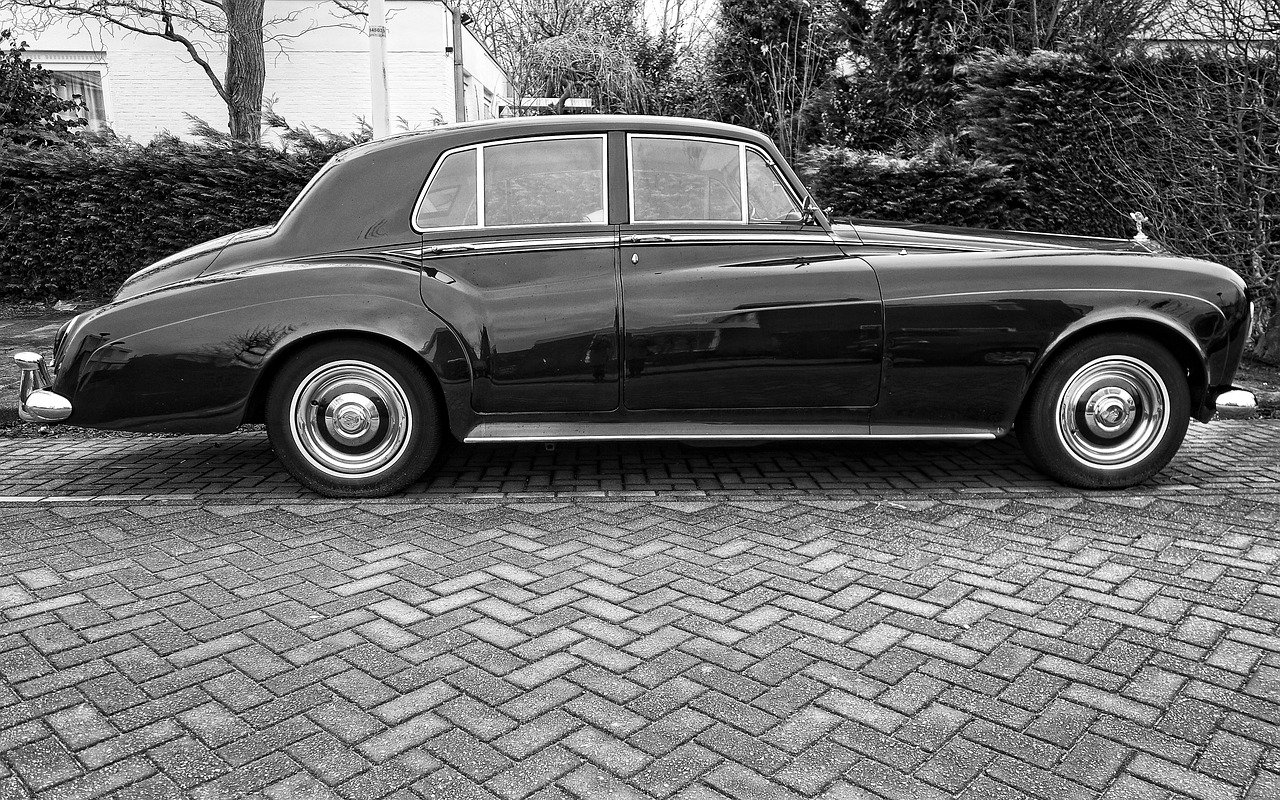 A black-and-white image of a parked Rolls-Royce   Photo: Pixabay/Mabel Amber