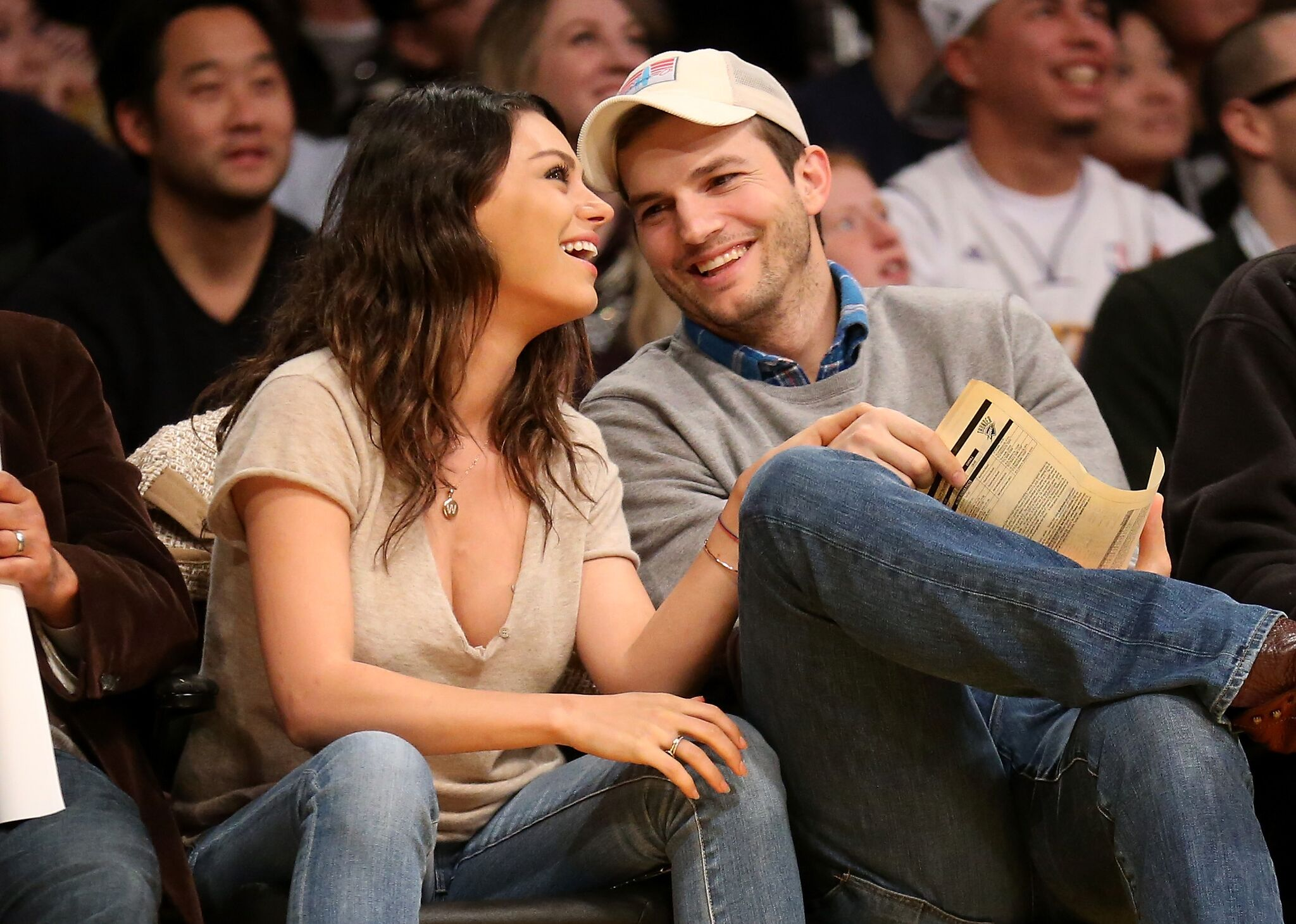 Ashton Kucher und Mila Kunis besuchen das Spiel zwischen den Oklahoma City Thunder und den Los Angeles Lakers im Staples Center | Quelle: Getty Images