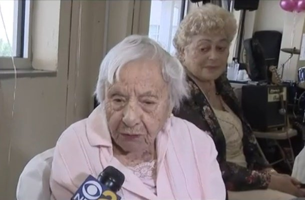 Los amigos de Louise Signore se sorprenden de toda la energía que mantiene a sus 107 años. | Foto: YouTube/CBS New York