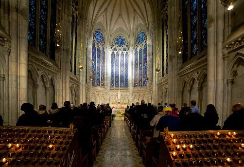 Des personnes dans une église | photo : Getty Images