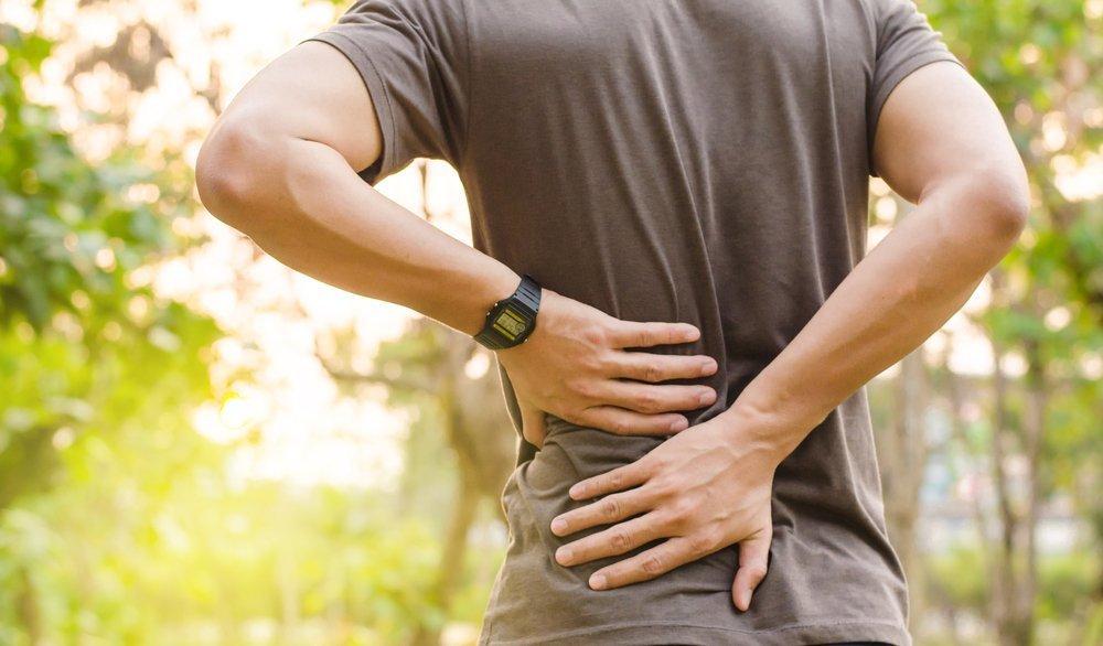 Mann mit Rückenschmerzen | Quelle: Shutterstock