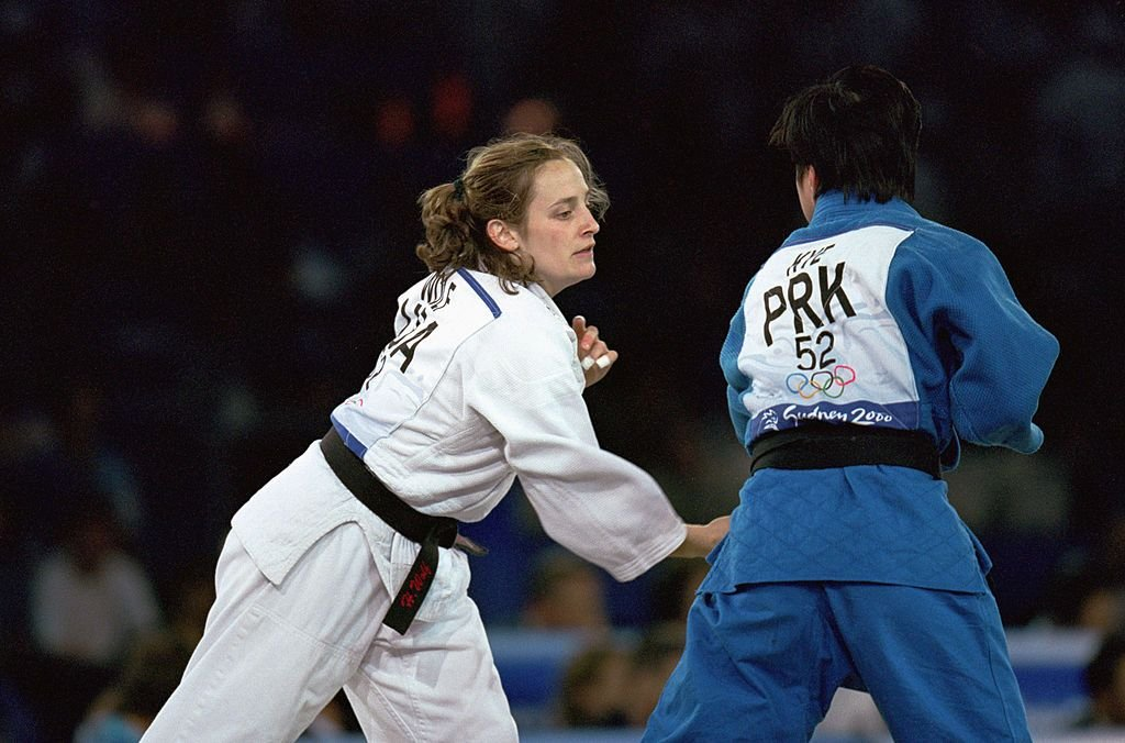 17 Sep 2000: Hillary Wolf of the United States moves in for the attack against San Hui Kye of Korea in the Womens 52 kg Judo match at the Sydney Exhibition Centre during the Sydney Olympic Games in Sydney, Australia.   Foto von: Andy Lyons/Getty Images