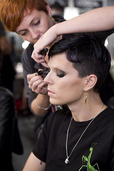La estilista Andrea maquillando a Bimba Bosé. | Foto: Wikipedia