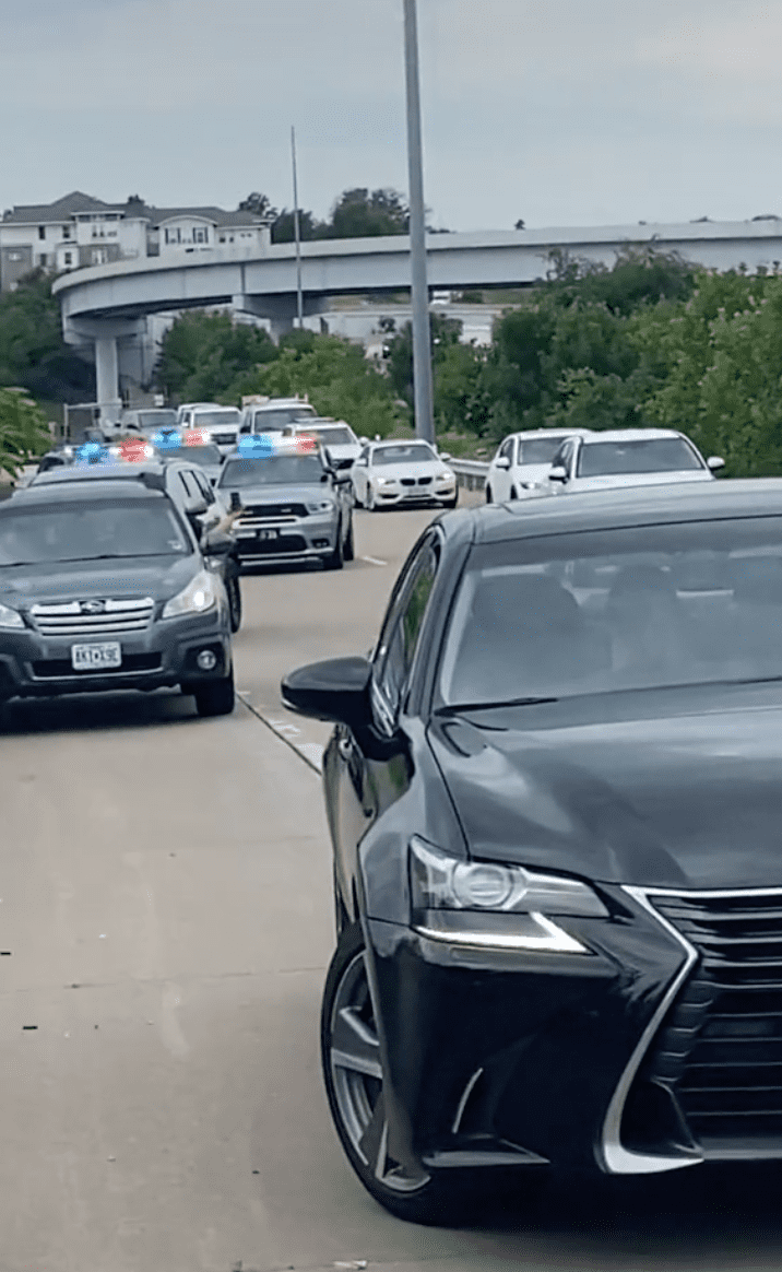 An altercation with the cops is taking place on the side of the road | Photo: TikTok/sheniweird
