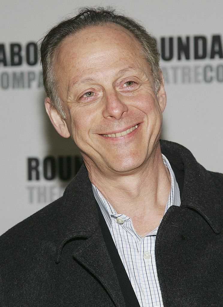 L'acteur Mark Blum assiste au gala de printemps 2006 de la Roundabout Theatre Company au Pier Sixty, Chelsea Piers, le 03 avril 2006 à New York. | Photo : Getty Images.