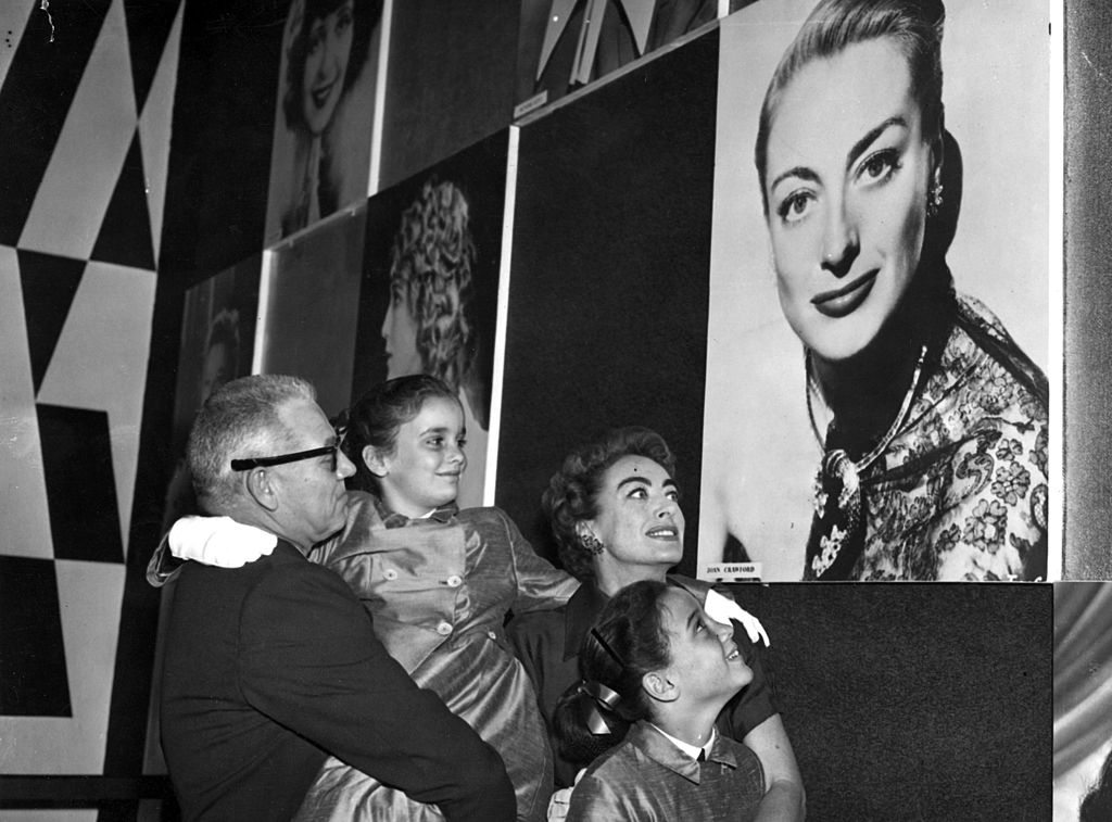 Joan Crawford con sus hijas gemelas Cathy y Cyndi.| Fuente: Getty Images
