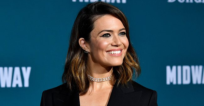 Check Out Mandy Moore's Baby Bump at the People's Choice Awards as She Gushes over Her Win