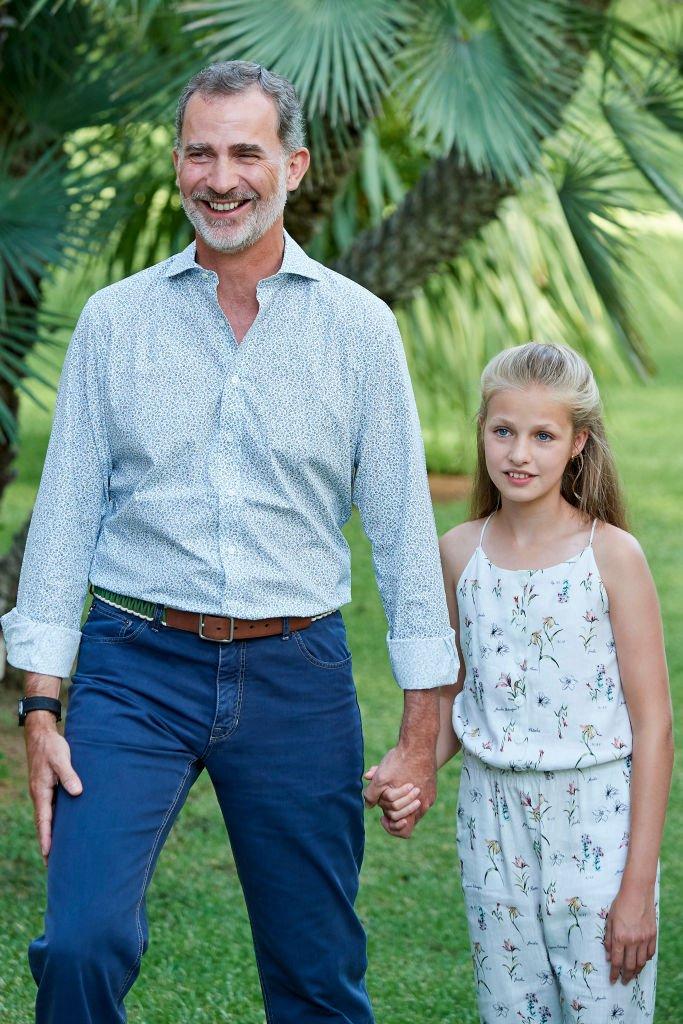El Rey Felipe VI de España y la Princesa Leonor durante la sesión de fotos de verano en el Palacio Marivent, el 4 de agosto de 2019 en Palma de Mallorca, España. | Imagen: Getty Images