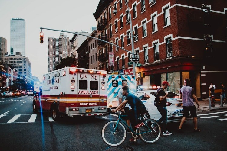 Un ambulance qui circule sur une route | Photo / Unsplash