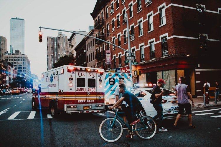 Une voiture d'ambulance qui traverse la rue | Photo : Unsplash