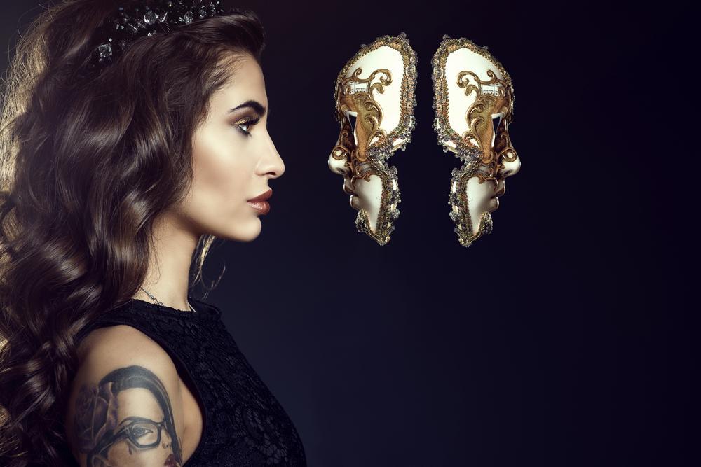 Mujer y máscaras. | Foto: Shutterstock
