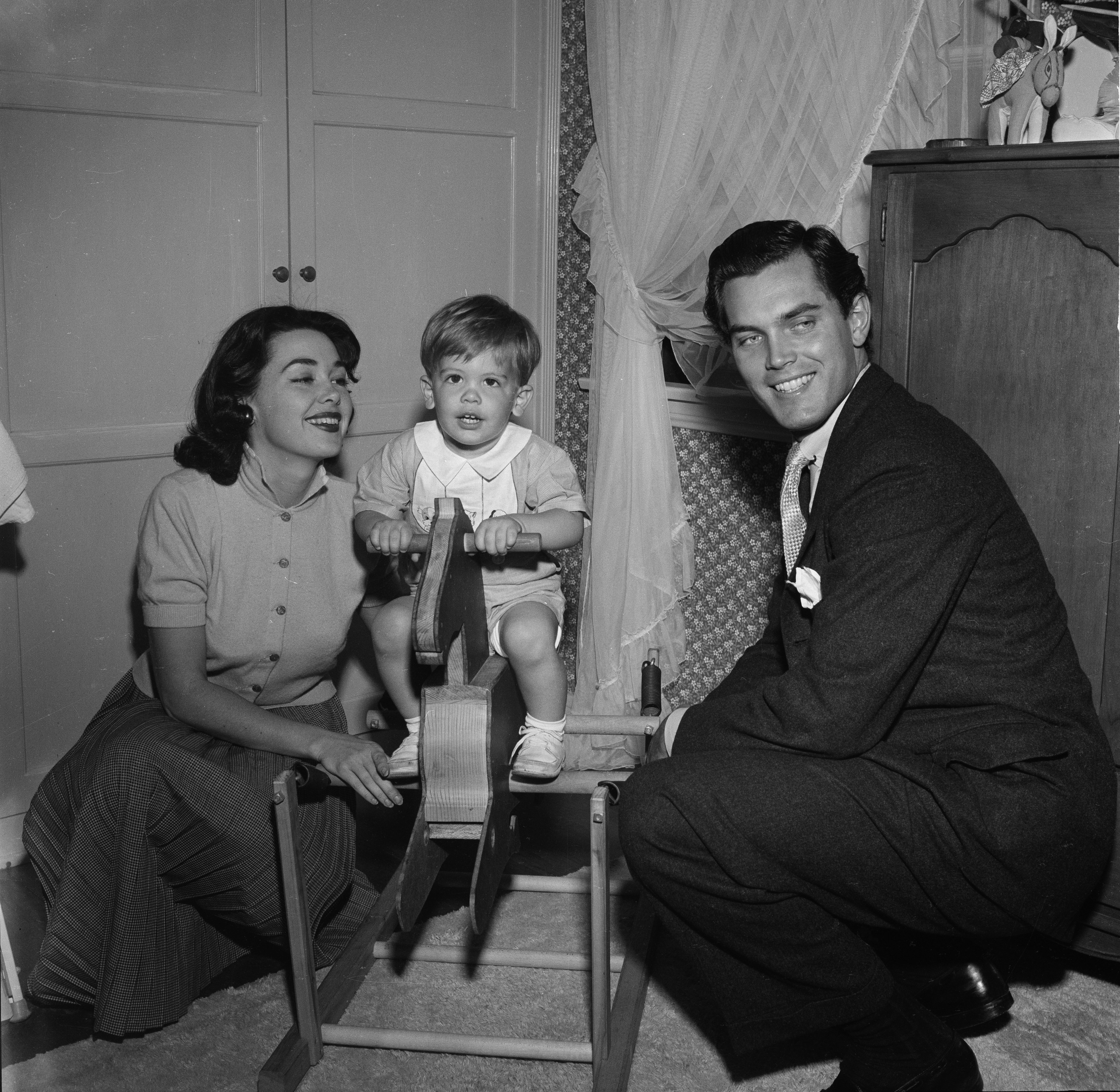 Barbara Rush, Jeffrey Hunter, and their son Christopher Hunter pose at home in Los Angeles, California, circa 1954 | Photo: Getty Images/Earl Leaf/Michael Ochs Archives