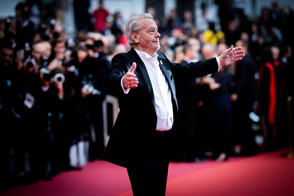 "Alain Delon assiste à la projection de ""A Hidden Life (Une Vie Cache)"" lors du 72e Festival de Cannes le 19 mai 2019 à Cannes. 