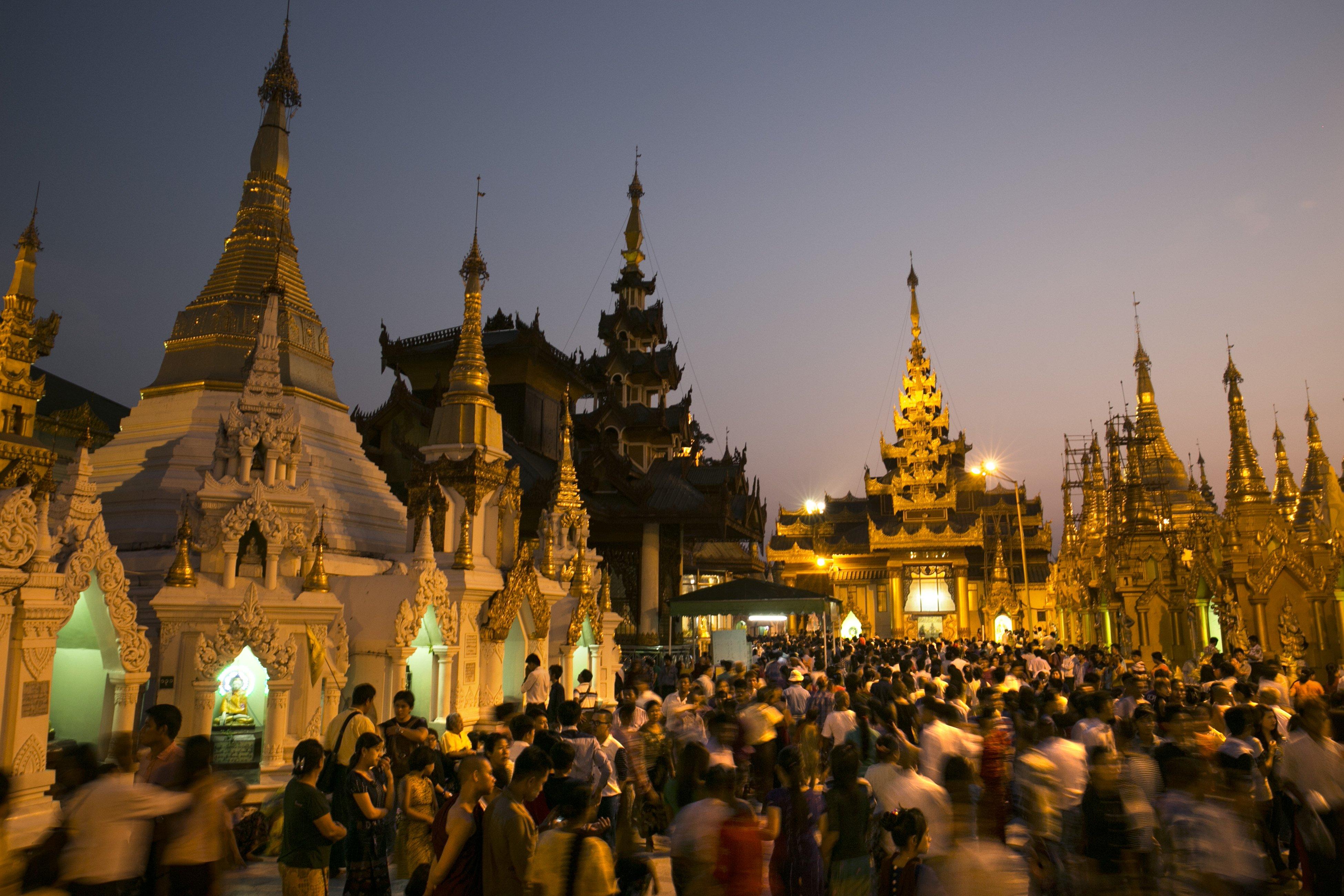 Miles de turistas visitan la pagoda de Shwedagon para celebrar un festival de año nuevo en Myanmar. || Fuente: Getty Images