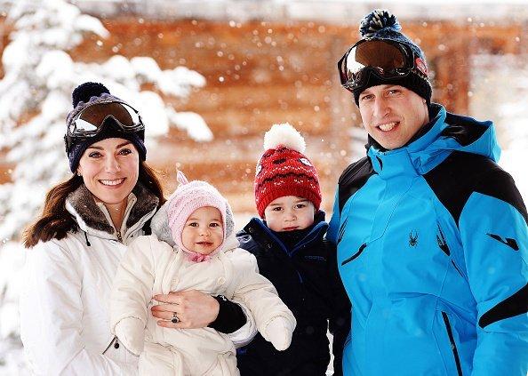 Kate Middleton, Prinz William und ihre Kinder George und Charlotte, Französische Alpen, 2016 | Quelle: Getty Images
