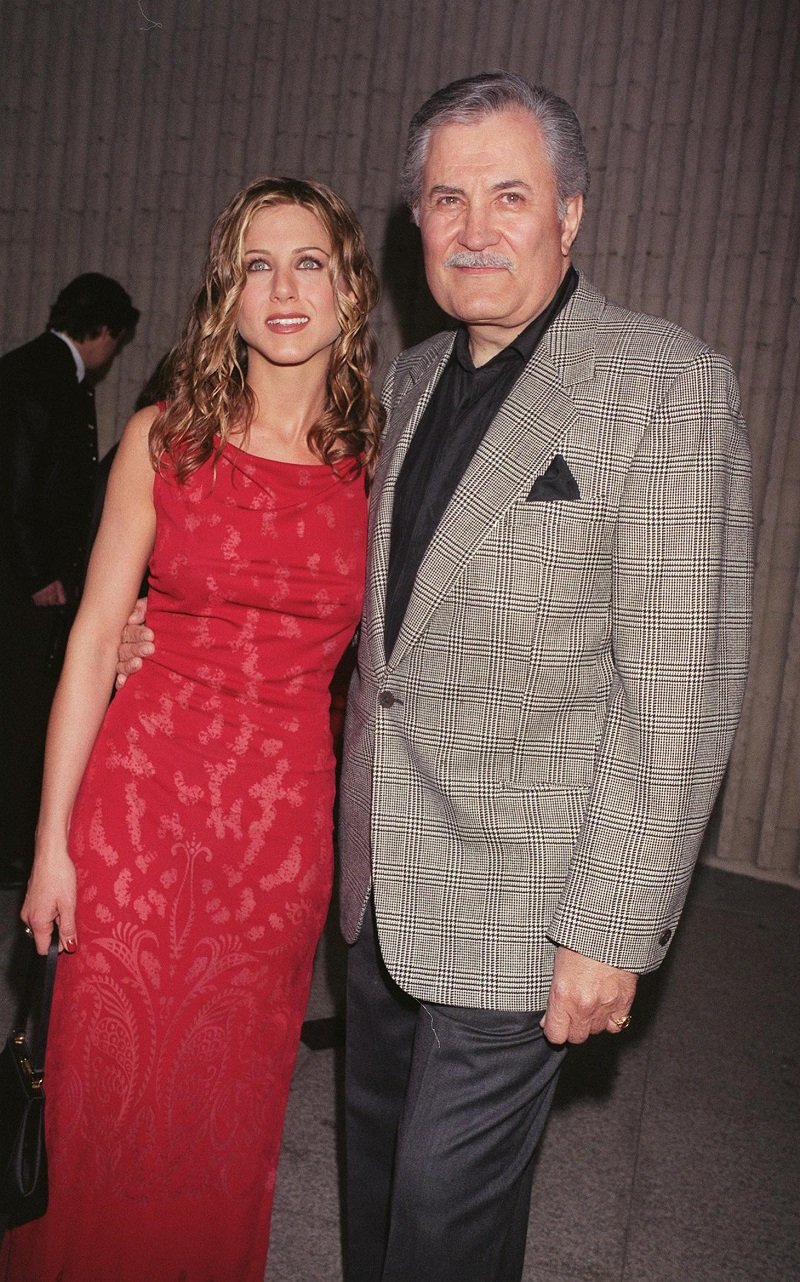 Jennifer Aniston und John Aniston am 9. April 1998 in Westwood, Kalifornien | Quelle: Getty Images