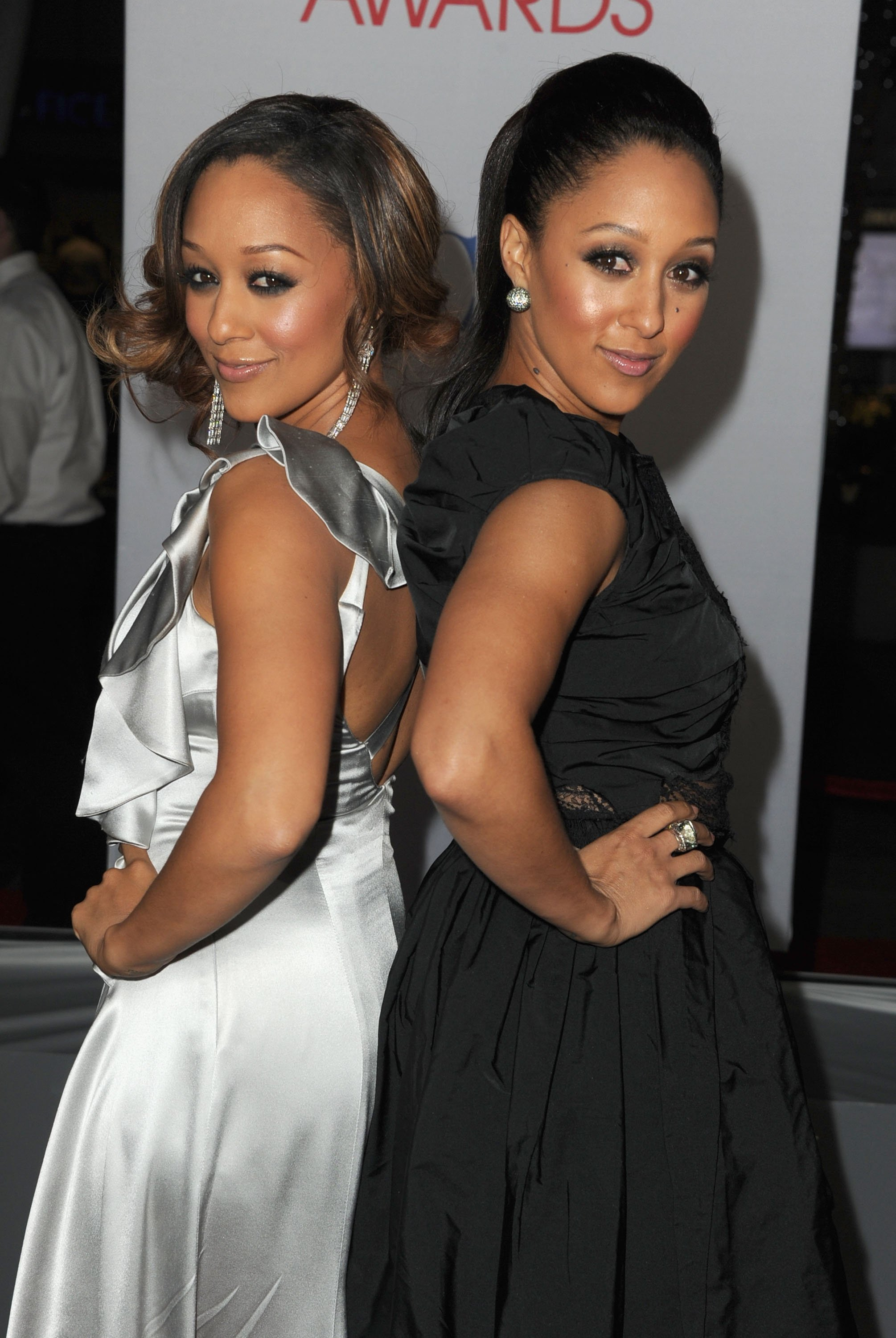 Tia Mowry and Tamara Mowry arrive at the People's Choice Awards 2012 on January 11, 2012. | Source: Getty Images