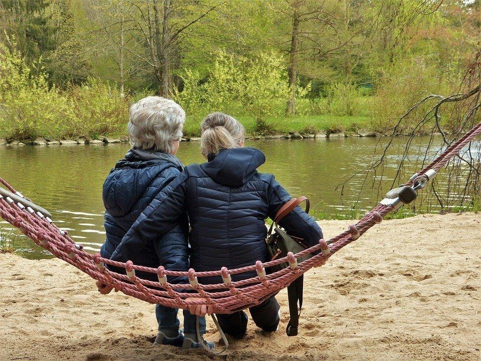Une femme d'âge moyen et sa mère. l Photo : Pixabay.