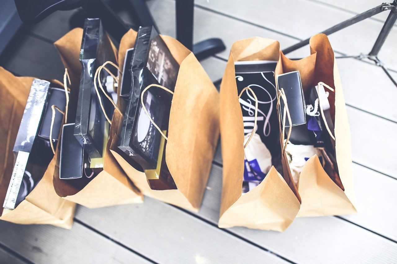 Brown paper bags lined up on the floor while filled with products | Photo: Pixabay/Karolina Grabowska