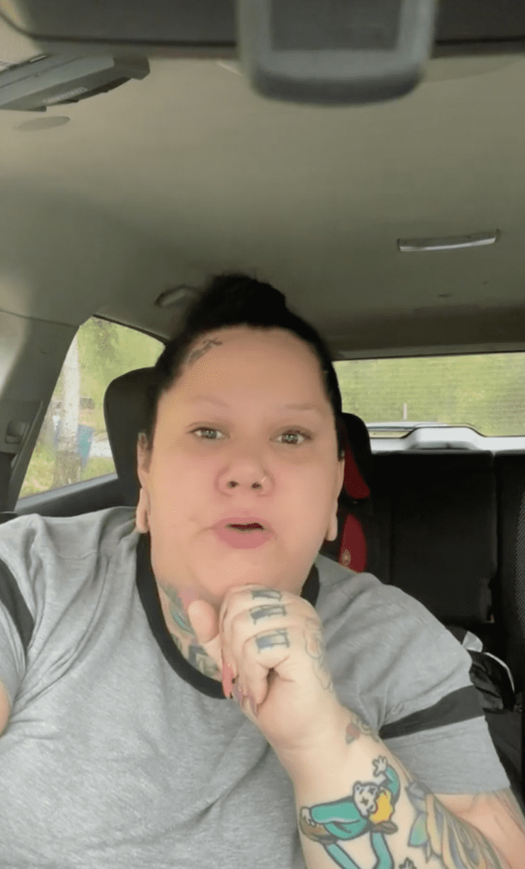 Woman tells viewers that an airline has offered her a discount code on future flights after she was removed from a flight   Photo: TikTok/fattrophywife