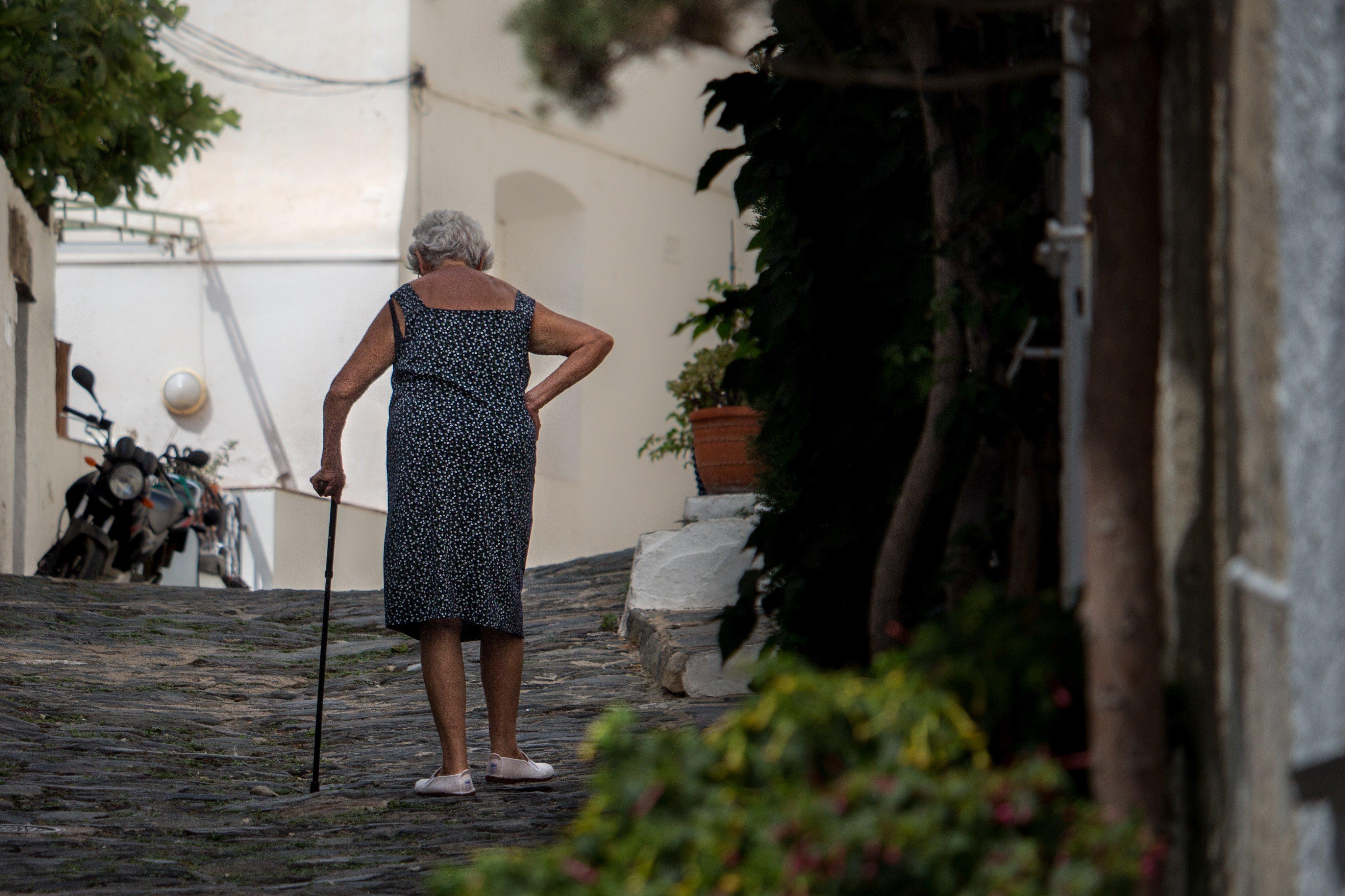 Une Grand-mère marchant en tenant une canne | Source : Unsplash