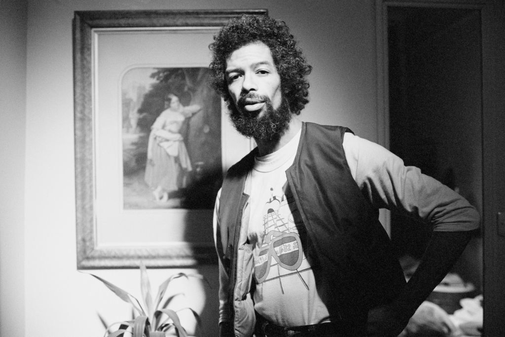 Gil Scott-Heron, portrait in a hotel room, London, 1983. | Photo: Getty Images