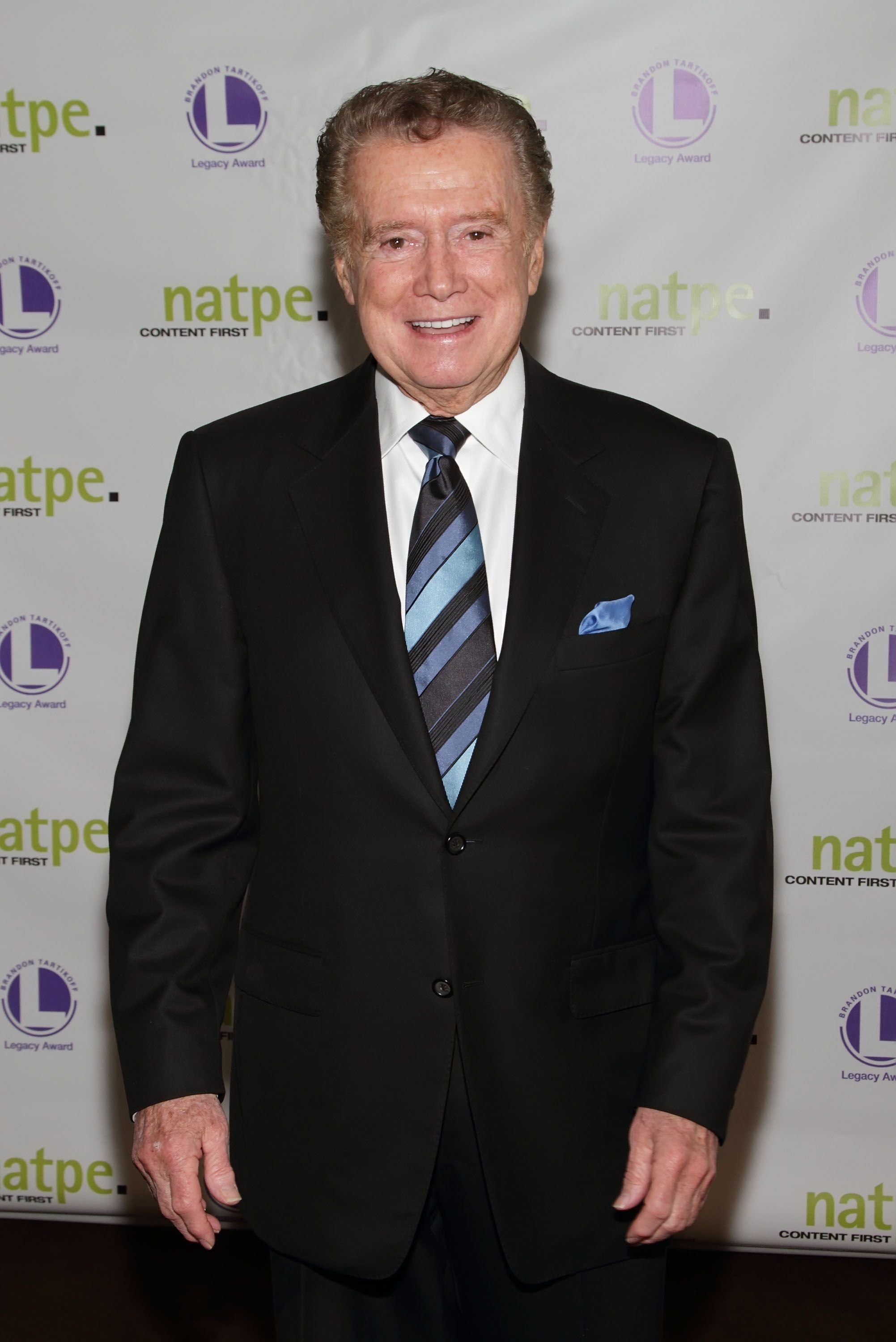 Fernseh-Moderator Regis Philbin bei der 8. jährlichen Verleihung der NATPE Brandon Tartikoff Legacy Awards im Fontainebleau Miami Beach in Miami Beach, Florida | Quelle: Alexander Tamargo/Getty Images