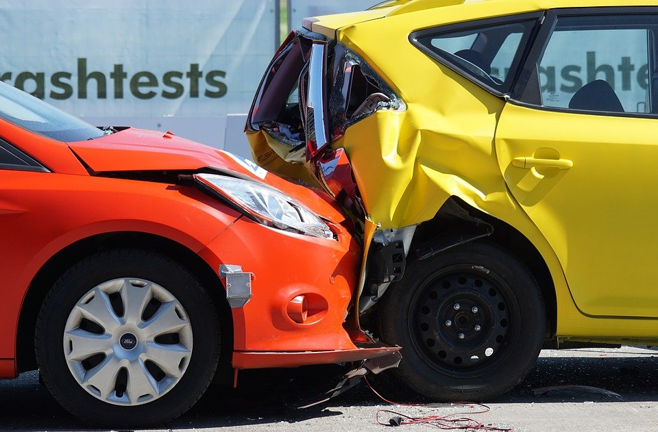 A car collided with another vehicle. | Photo: pixabay.com