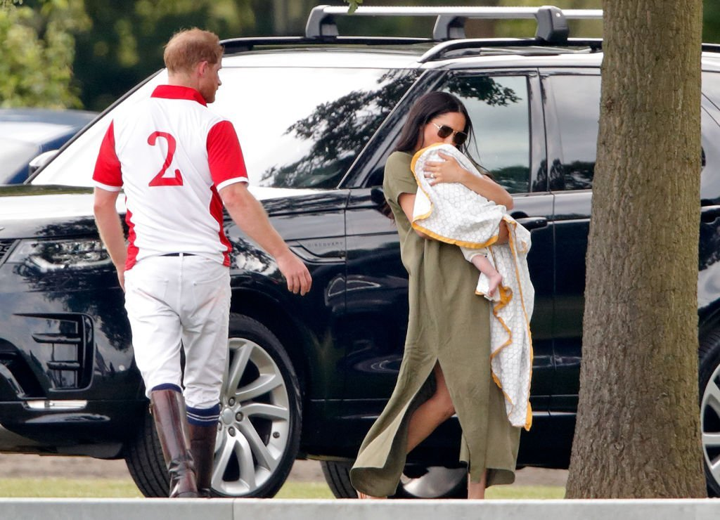 El príncipe Harry, Meghan, la duquesa de Sussex y Archie Harrison Mountbatten-Windsor asisten al King Power Royal Charity Polo Match en Billingbear Polo Club. | Fuente: Getty Images