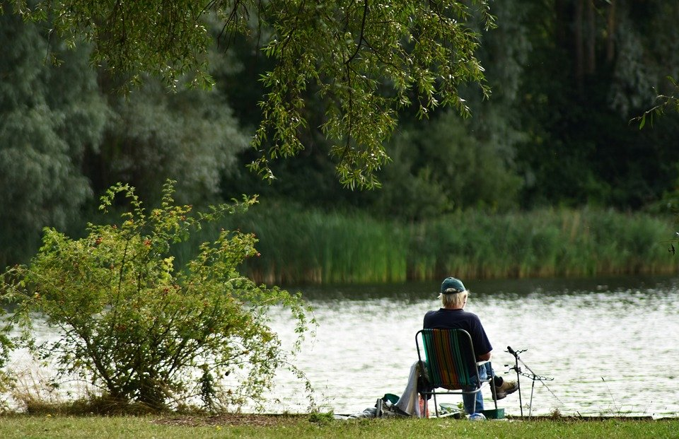 An old man sitting by the lake.   Photo: Pixabay