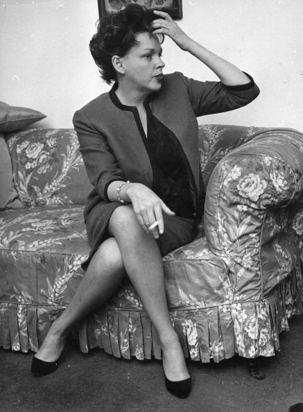 Late American actress and singer Judy Garland in a London hotel suite | Photo: Getty Images